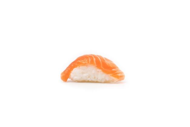 Una vista in sezione isolata di sushi di salmone.