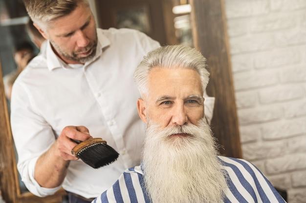 Un'ultima cosa. parrucchiere che finisce il suo lavoro con un cliente.