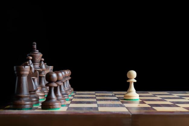 Concetto di scacchi dell'esercito di un uomo, prima mossa con pedone b