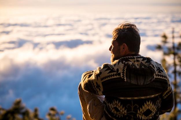 Un uomo viaggia ed esplora il concetto di luoghi panoramici