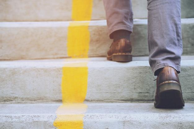 Un uomo che cammina al piano di sopra sulle scale