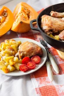Pasto unico: cosce e cosce di pollo con patate e zucca