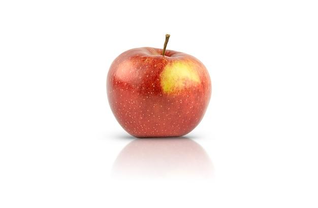 Una mela rossa è isolata su uno sfondo bianco