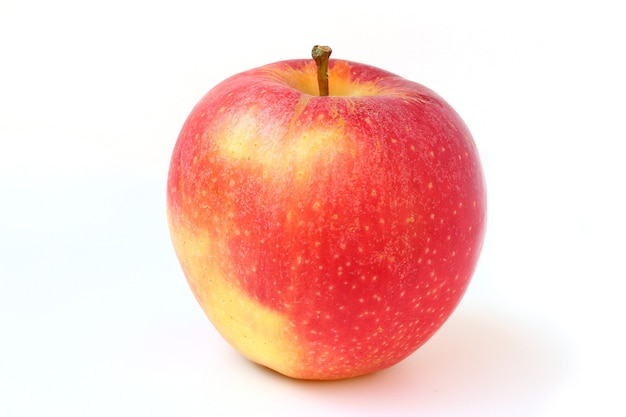 Una mela rossa isolata