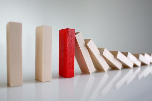 Una fila rossa del blocco di legno della lotteria del vincitore conduce il primo piano speciale della spia del campione segreto multilivello dell'autorità di ricerca della malattia rara