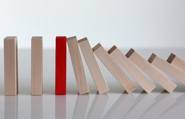 Una fila di blocchi di legno della lotteria vincitore rosso