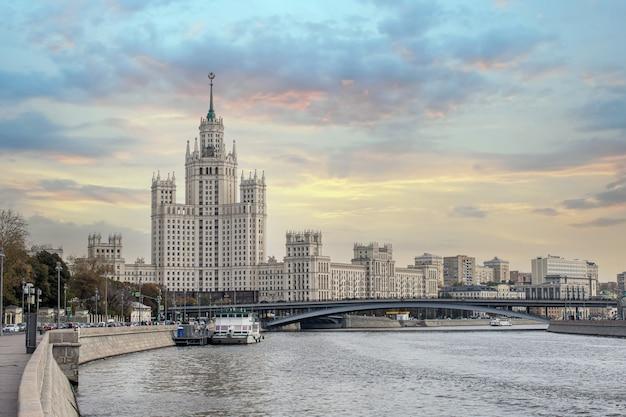 Uno dei sette grattacieli di stalin highrise edificio sul terrapieno kotelnicheskaya e il fiume moskva
