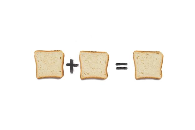 Una fetta di pane tostato più una fetta di pane tostato è una fetta di pane tostato. su uno sfondo bianco.