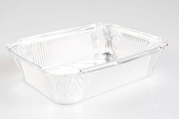 Un vassoio di approvvigionamento della stagnola quadrata su un bianco
