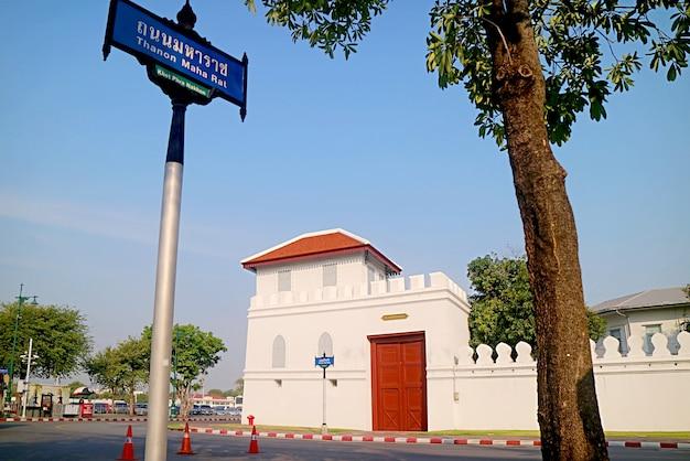 Uno dei dodici cancelli delle mura esterne dei grandi palazzi bangkok thailandia