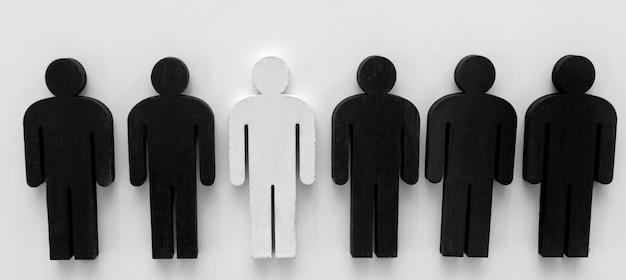 Una figura di persona bianca tra quelle nere