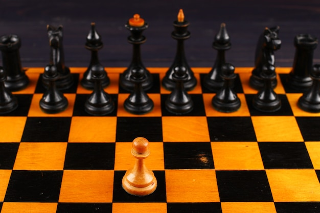 Un pedone bianco contro pezzi degli scacchi neri