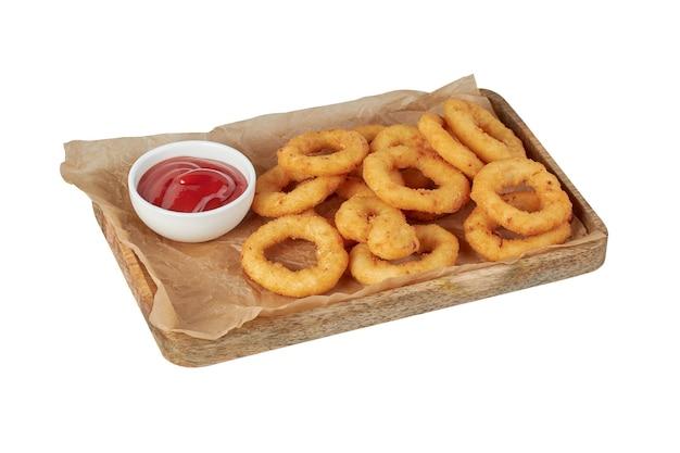 Anelli di cipolla in pastella su un piatto, piatto del ristorante, immagine isolata