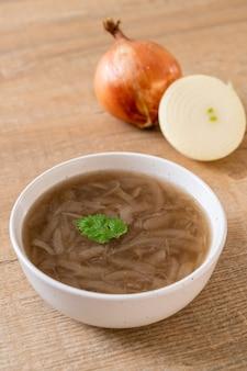 Ciotola di zuppa di cipolle