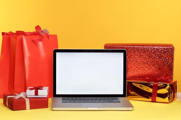Concetto di acquisto online di natale sul display del laptop
