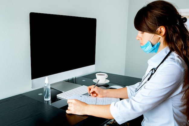 Consultazione in linea con medico sul computer, consulenza per videochiamata con infermiera femminile utilizzando laptop, concetto di assistenza sanitaria Foto Premium