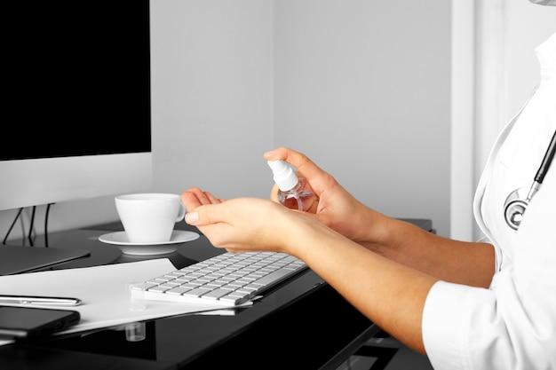 Consultazione in linea con medico sul computer, consulenza per videochiamata con infermiera femminile utilizzando laptop, concetto di assistenza sanitaria