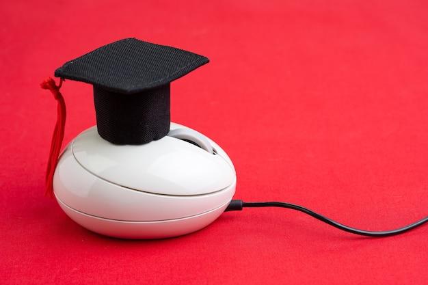 Corso online, e-learning o studio su internet tramite sito web e concetto di insegnamento online