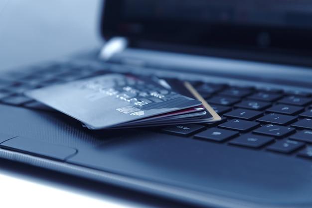 Pagamento in linea con carta di credito per acquisti da negozi online e acquisti in linea, carta di credito da vicino.