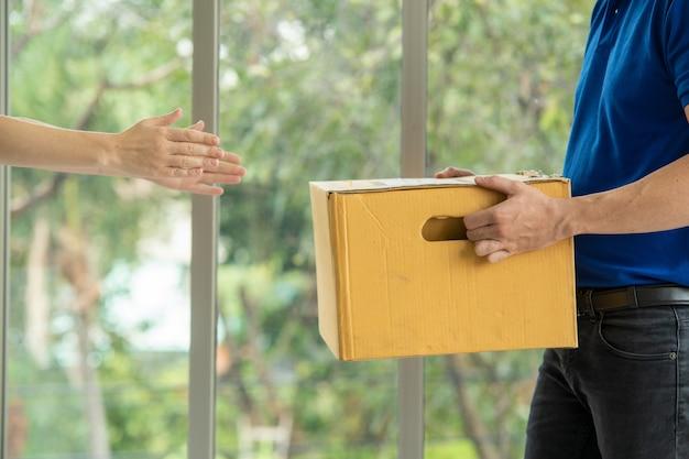 Personale addetto alla consegna online, lo staff ti consegnerà il pacco a casa.