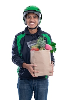 Corriere di autista online che trasporta generi alimentari