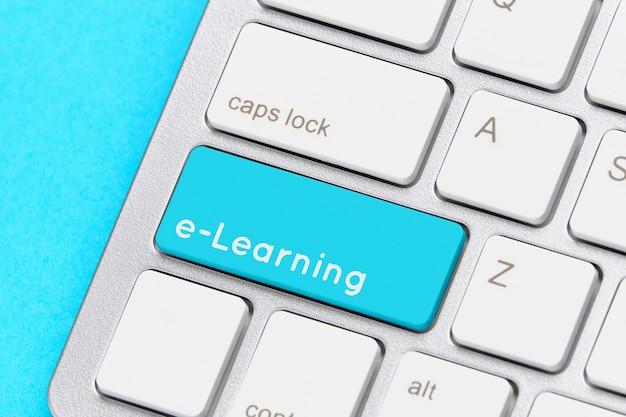 Concetto di e-learning online sulla tastiera con pulsante.