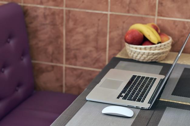 Formazione online. un laptop si trova su un tavolo accanto al mouse di un computer. lavoro a casa