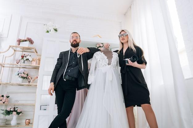 Boutique di moda online. assistente personale e fotografo che lavora sul sito web del negozio.
