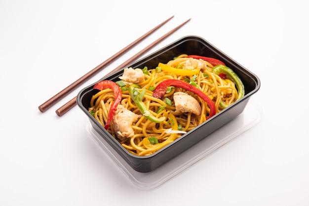 Ordine di cibo online, consegna in india - noodles schezwan, noodles hakka al pollo confezionati in una scatola di plastica