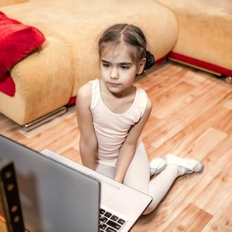Hobby online, fitness, allenamento a distanza. giovane ballerina che parla con i compagni di classe di danza in internet dopo la lezione di danza classica online a casa, l'istruzione online