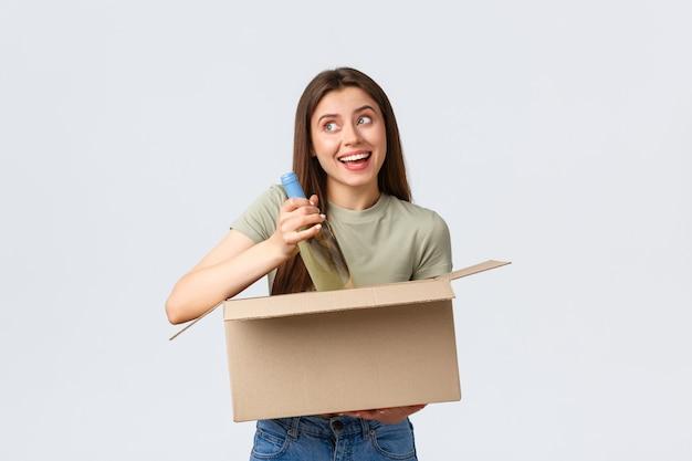 Consegna a domicilio online ordini internet e concetto di spesa da asporto donna sorridente felice sognante...