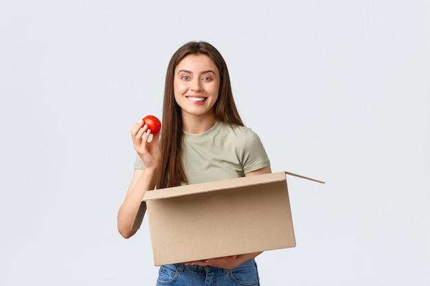 Gli ordini internet di consegna a domicilio online e il concetto di spesa hanno entusiasmato la ricezione di clienti femminili carini...