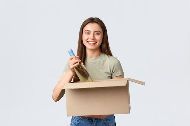 Ordini online di consegna a domicilio su internet e concetto di spesa per la spesa donna eccitata ha ordinato la spesa in...