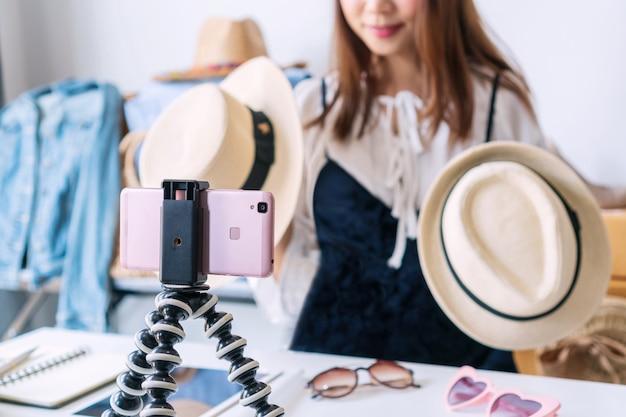 Commercianti online che vendono articoli di moda sui social media