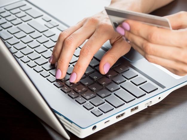 Pagamento online tramite notebook, soft focus, close up