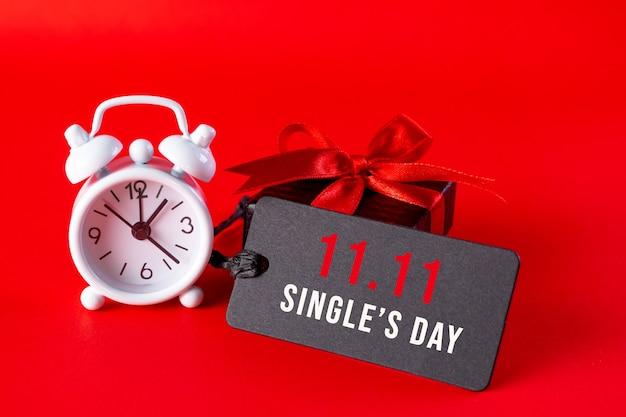 Shopping in linea della cina, concetto di vendita per un solo giorno 11.11. biglietto nero con testo 11.11 e sveglia rossa