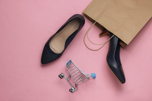 Concetto di shopping in linea colpo di studio di moda scarpe a tacco alto da donna nel carrello della spesa
