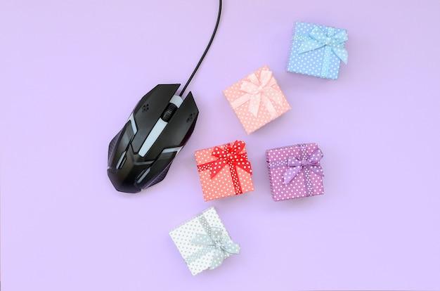 Concetto di acquisto online, regali di ordinazione di internet per le vacanze