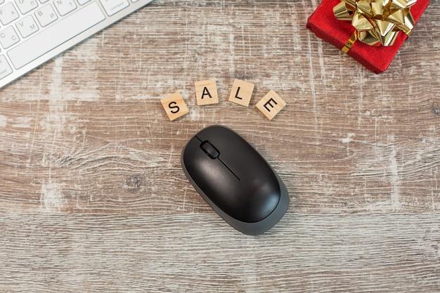 Concetto di acquisto online con tastiera e mouse