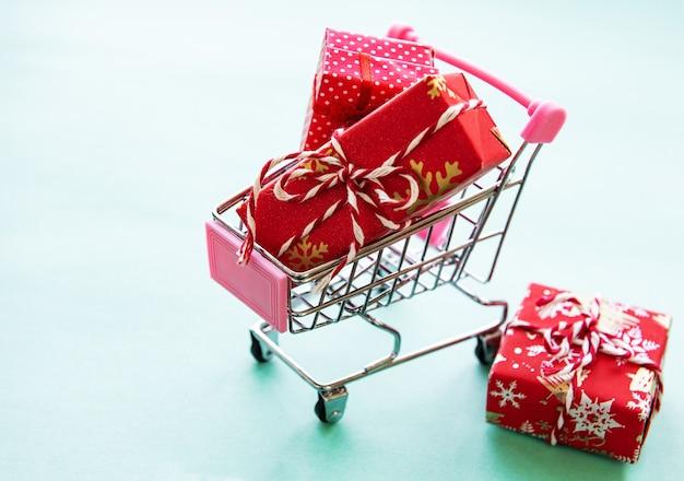 Concetto di acquisto online con carrello carrello pieno di regali
