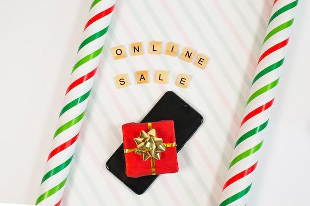 Concetto di acquisto online con carta da imballaggio e telefono