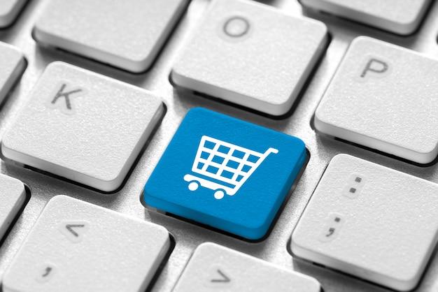 Icona dello shopping online su una tastiera bianca