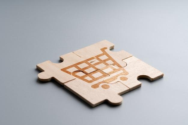 Icona dello shopping online su puzzle di legno