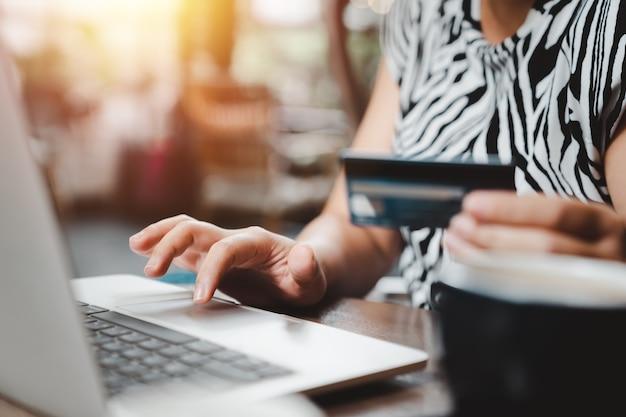 Shopping online, pagamento, e-commerce e concetto bancario.