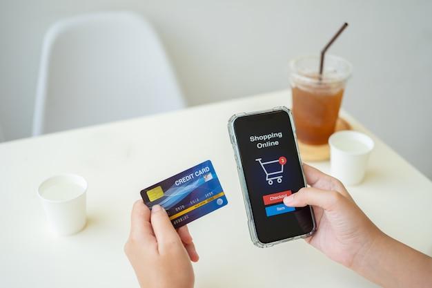 Shopping online con smartphone e carta di credito