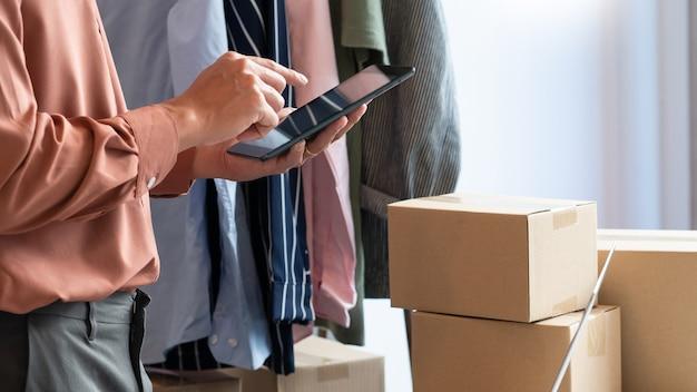 Commercianti di imprenditori di piccole imprese online che lavorano in negozio preparando prodotti da consegnare ai clienti, avvio e concetto di business online.