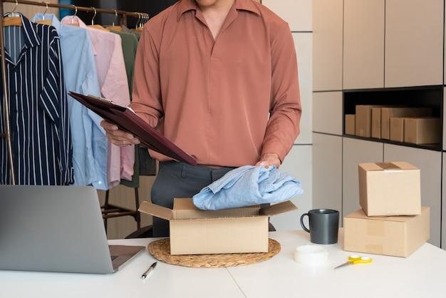 Commercianti di imprenditori online di piccole imprese che lavorano in negozio preparando prodotti da consegnare ai clienti, avvio e concetto di business online.