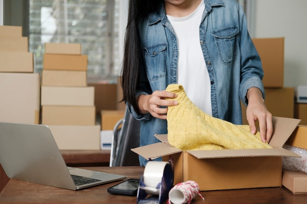 Proprietario di una piccola impresa online. giovane imprenditore startup online proprietario di una piccola impresa che lavora a casa, situazione di imballaggio e consegna.