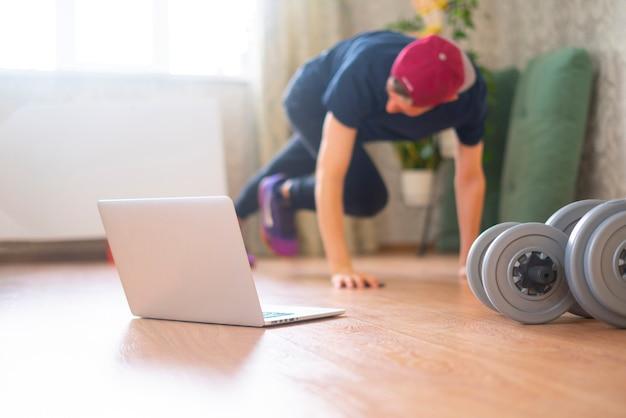 Pratica sportiva online, facendo esercizi di fitness a casa con l'allenatore onling