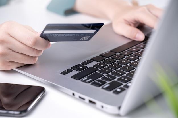 Online stay home shopping pagamento elettronico con carta di credito